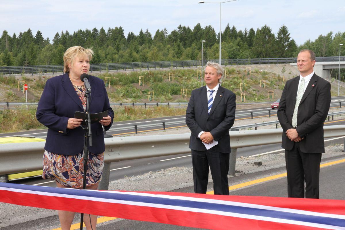 Statsminister Erna Solberg var i perlehumør da hun sammen med samferdselsminister Ketil Solvik-Olsen ( til høyre) og regionveisjef Kjell Inge Davik i Statens vegvesen åpnet nye E18 Gulli-Langåker i dag.