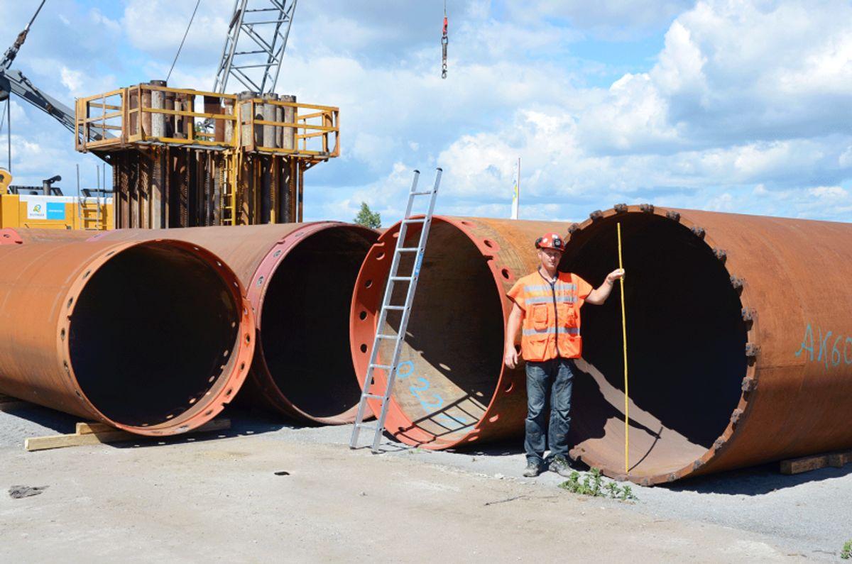 <p>Stålrørene på ca. fem meters lengde skal bores ned, sveises sammen etter hvert, og fylles med armert betong. Tolv slike pilarer, hver på ca. 80 meter, betyr ca. 1 km rør av denne dimensjonen. Foto: Knut Vedeld Hovde/Statens vegvesen</p>