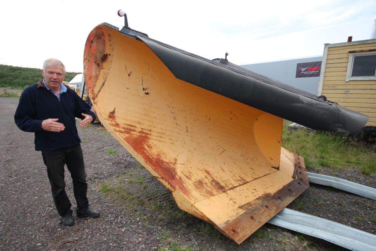 Asbjørn Rolstad viser at det er dimensjoner over plogene som ble brukt til å holde Ifjordfjellet åpent.
