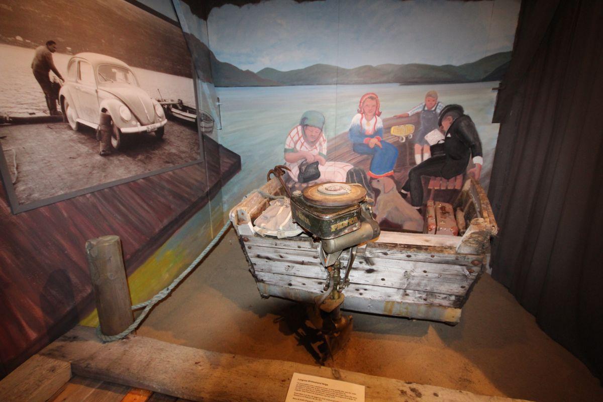 Delene av en gammel ferge sammen med Steffen Aronsens maleri viser hvordan man krysset Tanaelva i tidligere tider.