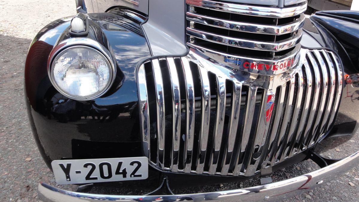 Den skinnende blanke Chevroleten har fått skiltene på igjen - og tar fortsatt enkelte representasjonsoppdrag.
