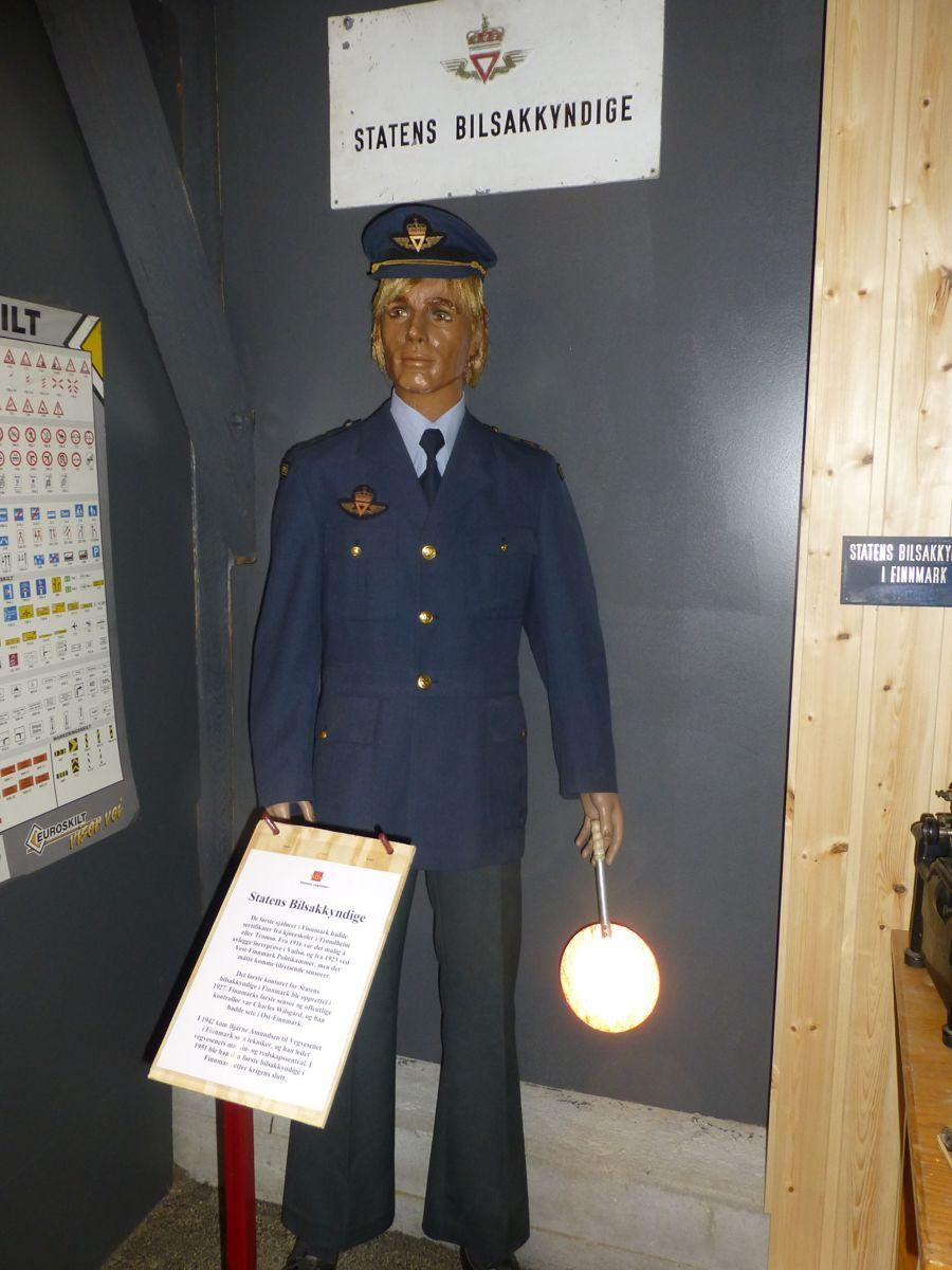 Tidligere tiders bilsakkyndige var stramme i uniformen.