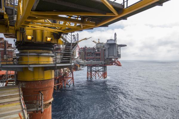 Statlig støtte til oljeselskaper bidrar til å sikre Norge en dårlig plassering blant verdens klimanasjoner. Valhall-feltet har siden 1982 produsert over én milliard fat olje, og har som ambisjon å pumpe opp 500 millioner fat olje til før den stenges ned. Foto: Håkon Mosvold Larsen / NTB scanpix