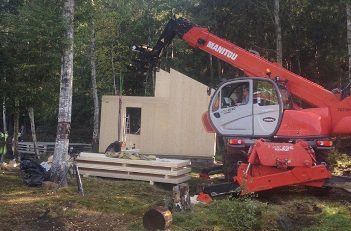 Her monteres designhytta Woody ved Isdammen på Årvoll i Oslo. Hytta er en prototype i massivtre som er utviklet i et samarbeid mellom arkitekt Marianne Borge og massivtreprodusenten Massiv Lust.
