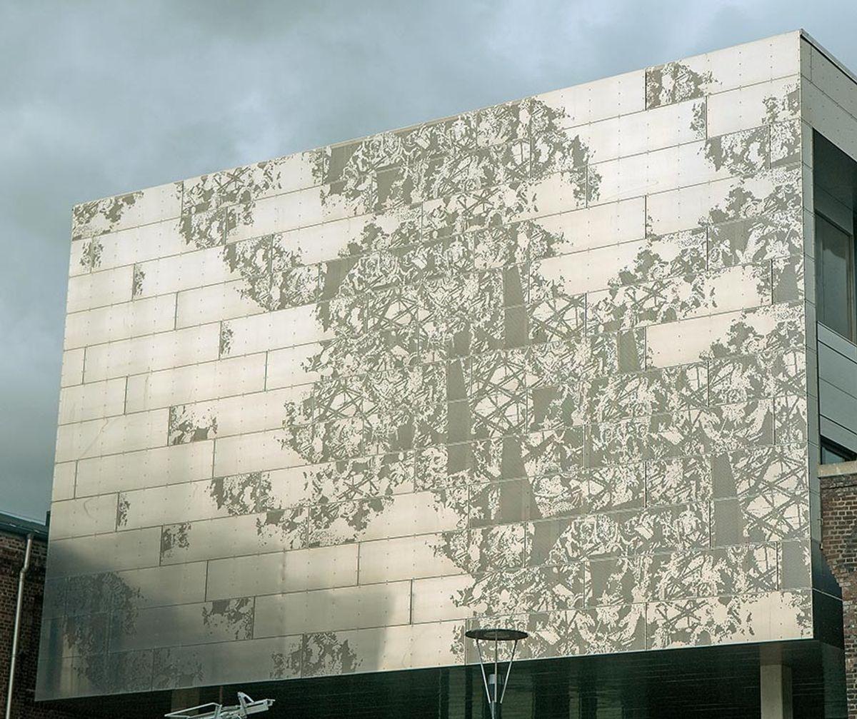 Tekstilkunstneren Anne-Gry Løland har designet utsmykningen av aluminiumsplatene i fasaden.