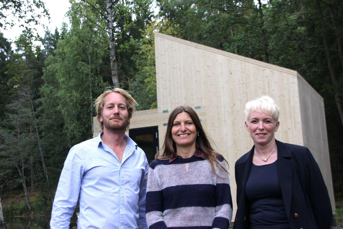 TRE-SAMARBEID: Administrerende direktør Heidi Kielland (t.h) roser samarbeidet mellom arkitekt Marianne Borge i Woody35 og Jørgen Tycho i massivtreprodusenten Massiv Lust. (Foto: Svanhild Blakstad)