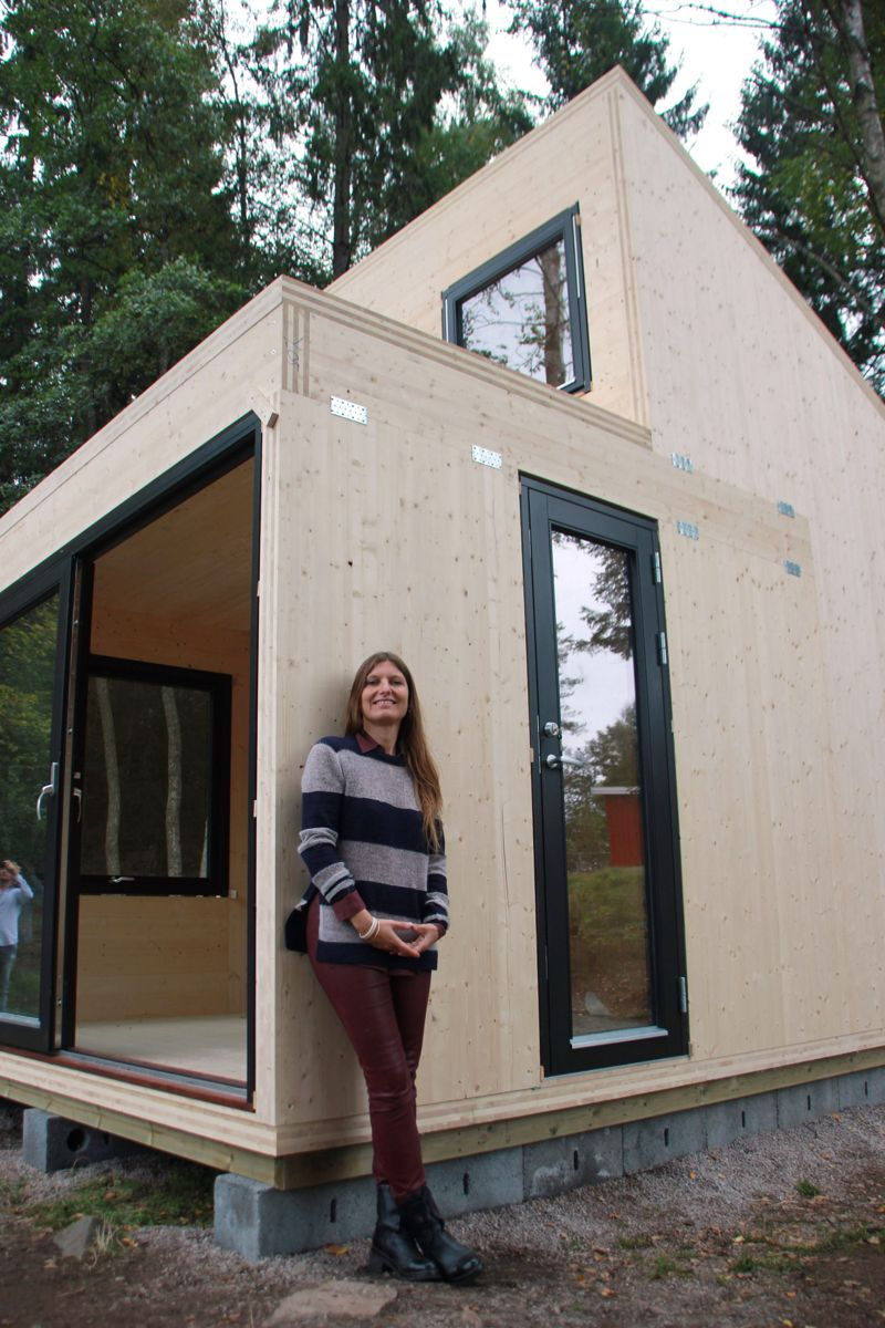 NORSK INNOVASJON: – Jeg ønsker å vise at det går an å produsere en hytte med norske aktører i Norge – med både norsk arkitekt, produsent og sagbruk,sier arkitekt Marianne Borge. Hun er opphavskvinnen til Woody-hytta som nå for første gang er bygget i massivtre. (Foto: Svanhild Blakstad)