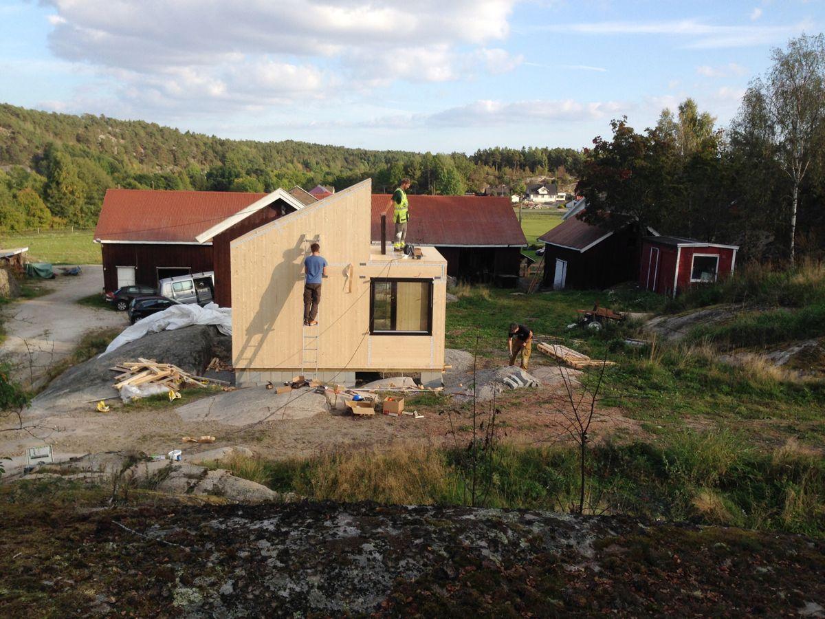 <p>Her blir massivtrehytta Woody opp på Dale gård i Onsøy utenfor Fredrikstad. Hytta består av 27 massivtreelementer og ble montert på tre timer. (Foto: Marcel Bjerknes)<br></p>