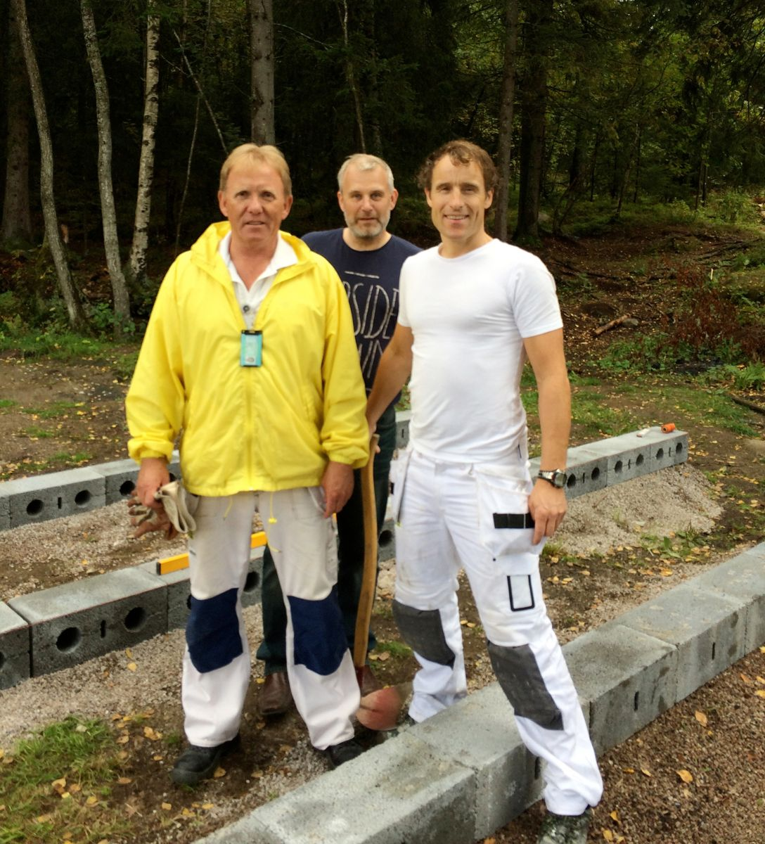 Jan Petter Svendsen, Per Stian Olsen og Jan Øyvind Christensen fra Weber Leca var med og bygde fundamenter til den første Woody-hytta i massivtre.