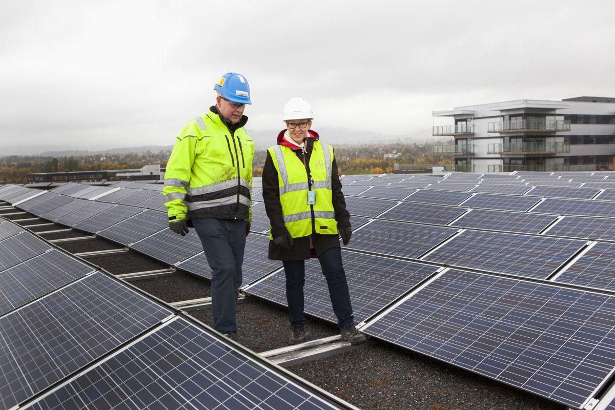 Øyvind Dyrvik i Vital Vekst og Heidi Lyngstad, eiendomssjef i KLP Eiendom inspiserer solcelleparken. (Foto: Tor Lie)