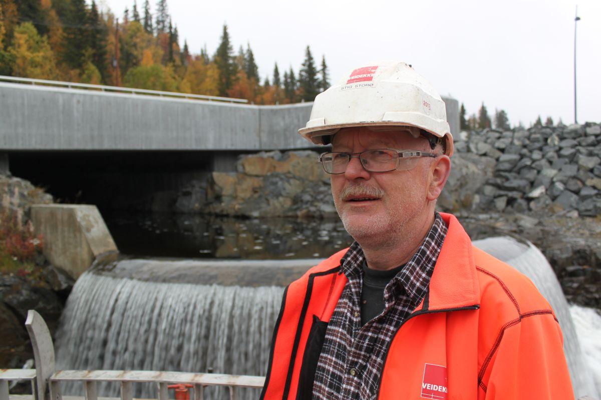 Stig Storø i Veidekke Entreprenør viste Byggeindustrien rundt på anlegget. Støro har vært driftsleder for betongarbeidene.