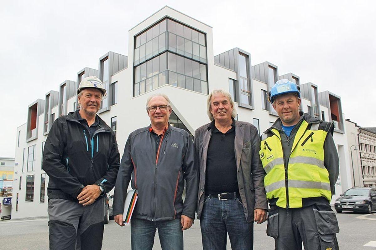 Fra venstre prosjektleder Jan Arild Bratlien i Syljuåsen AS, Arnt Hagen og Eirik Hveem i Hougården AS og byggeplassleder Rino Barm i Syljuåsen. Foto: Homleid