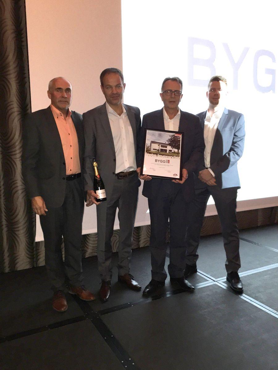 Prisen Årets leverandør gikk til Bygg1. Fra høyre: selger Thomas Istad, salgssjef Egil Skar og daglig leder Jan Runar Holsvik, alle fra Bygg1. Til venstre kjedesjef Mikal Stapnes som delte ut prisen.