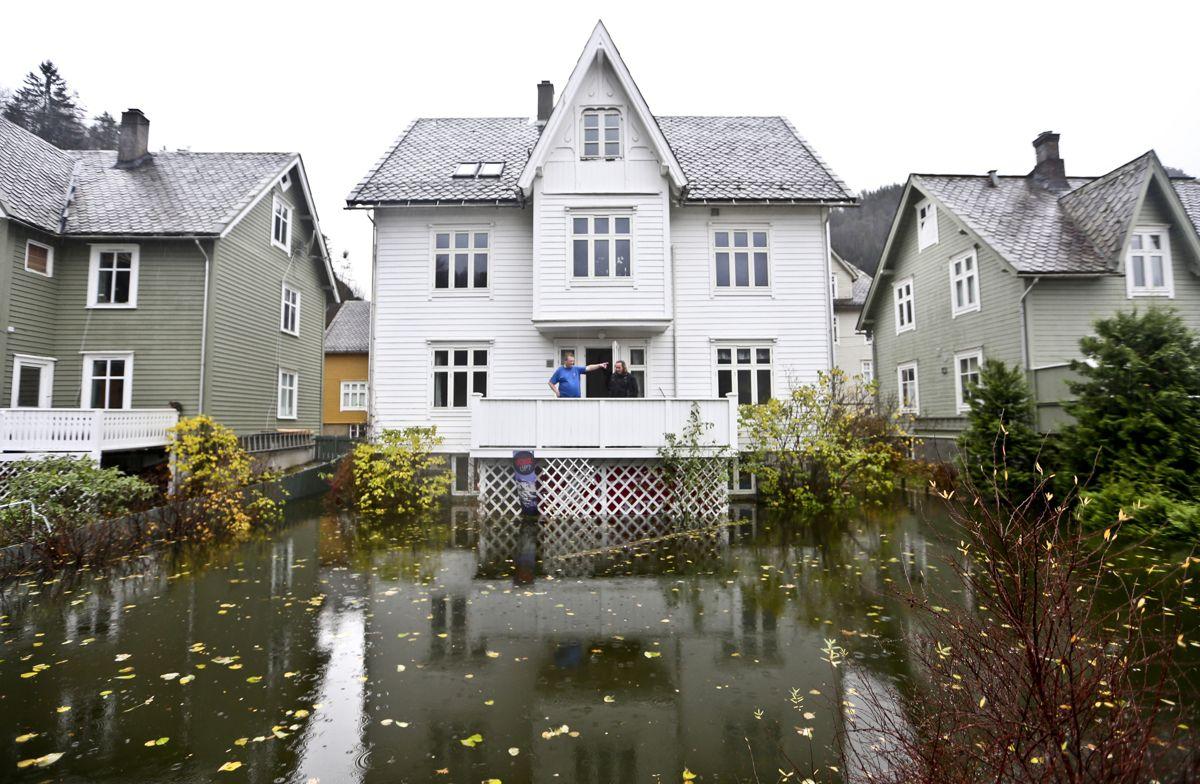 Hagen til Magnus Herfindal i Evanger i Voss kommune fikk et maritimt preg tirsdag, etter at store nedbørsmengder førte til flom flere steder på Vestlandet. Foto: Ingerid Jordal / NTB scanpix
