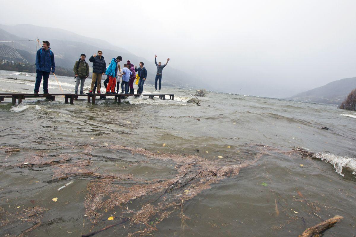 Elevene på Voss ungdomsskule har ingenting imot at Vangsvatnet har gått over siner bredder. Foto: Vidar Herre / Hordaland/ NTB scanpix