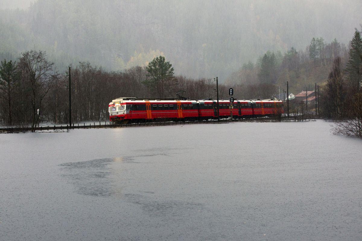 Ved Bolstadøyri måtte togene kjøre sakte på grunn av flommen. Her går siste toget over flomvannet før Bergensbanen ble stengt. Foto: Vidar Herre / Hordaland / NTB scanpix