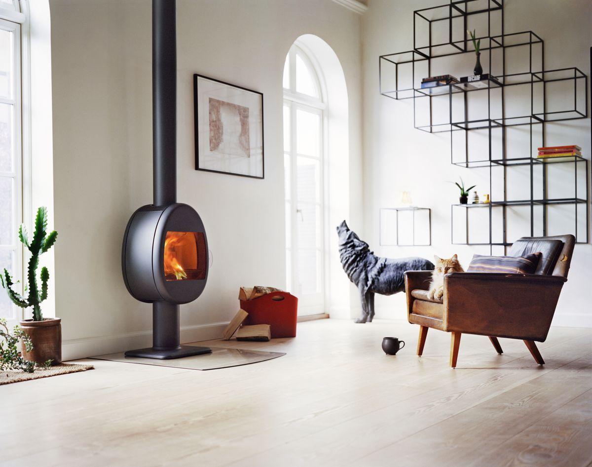 Scan 66: Liten og rund, men like effektiv og rentbrennende. Flammer er ikke firkantede, så hvorfor skal ovnen være det? Kan henges på veggen, stå på søyle eller på sokkel. Danske Scan har 66 svanemerkede vedovner.