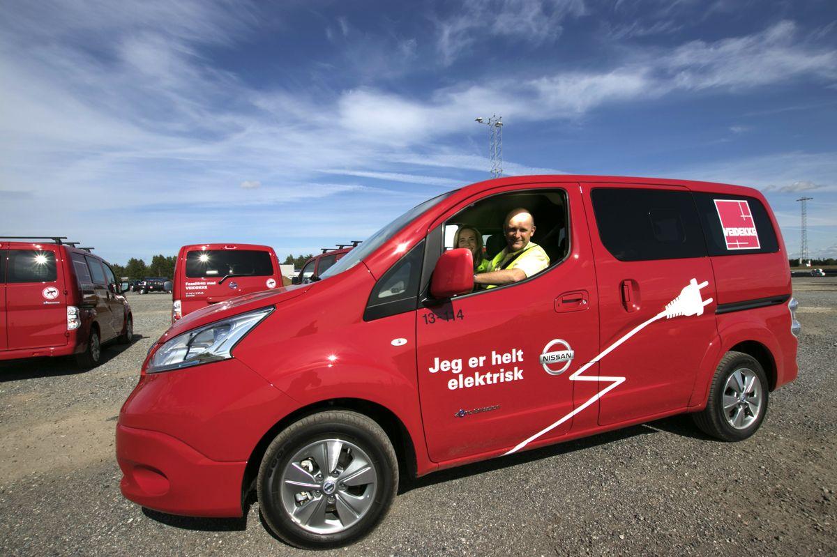 Kommunika-sjonssjef Helge Dieset og miljøkoordinator Magnhild Torper i Veidekke er begge stolte av de nye el-varebilene entreprenøren har kjøpt inn.