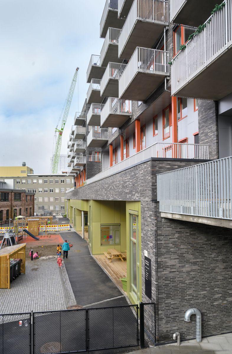Boligblokker med barnehage i to plan under. Ensjø Torg i Oslo, 24.2.2021. Foto: Trond Joelson, Byggeindustrien