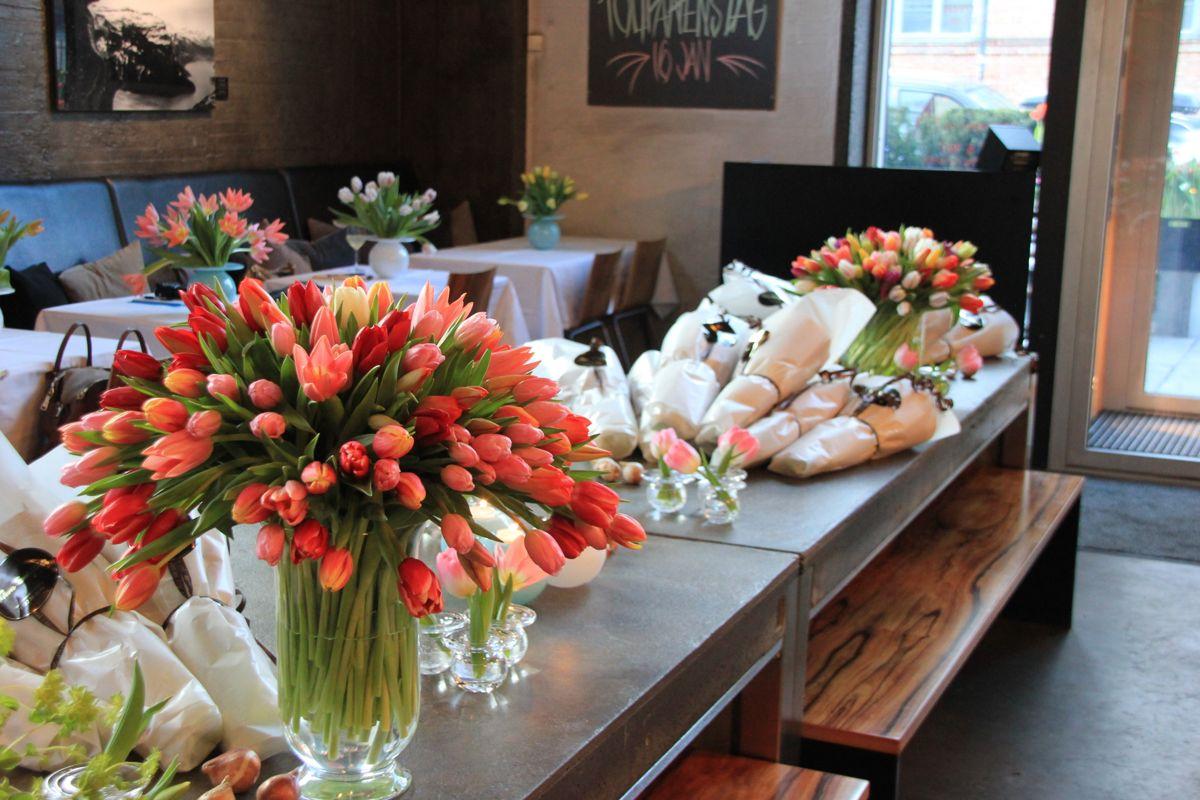 Tulipaner gjør seg i overdådige vaser. Tyvstart våren med et vell av tulipaner. Foto: Svanhild Blakstad