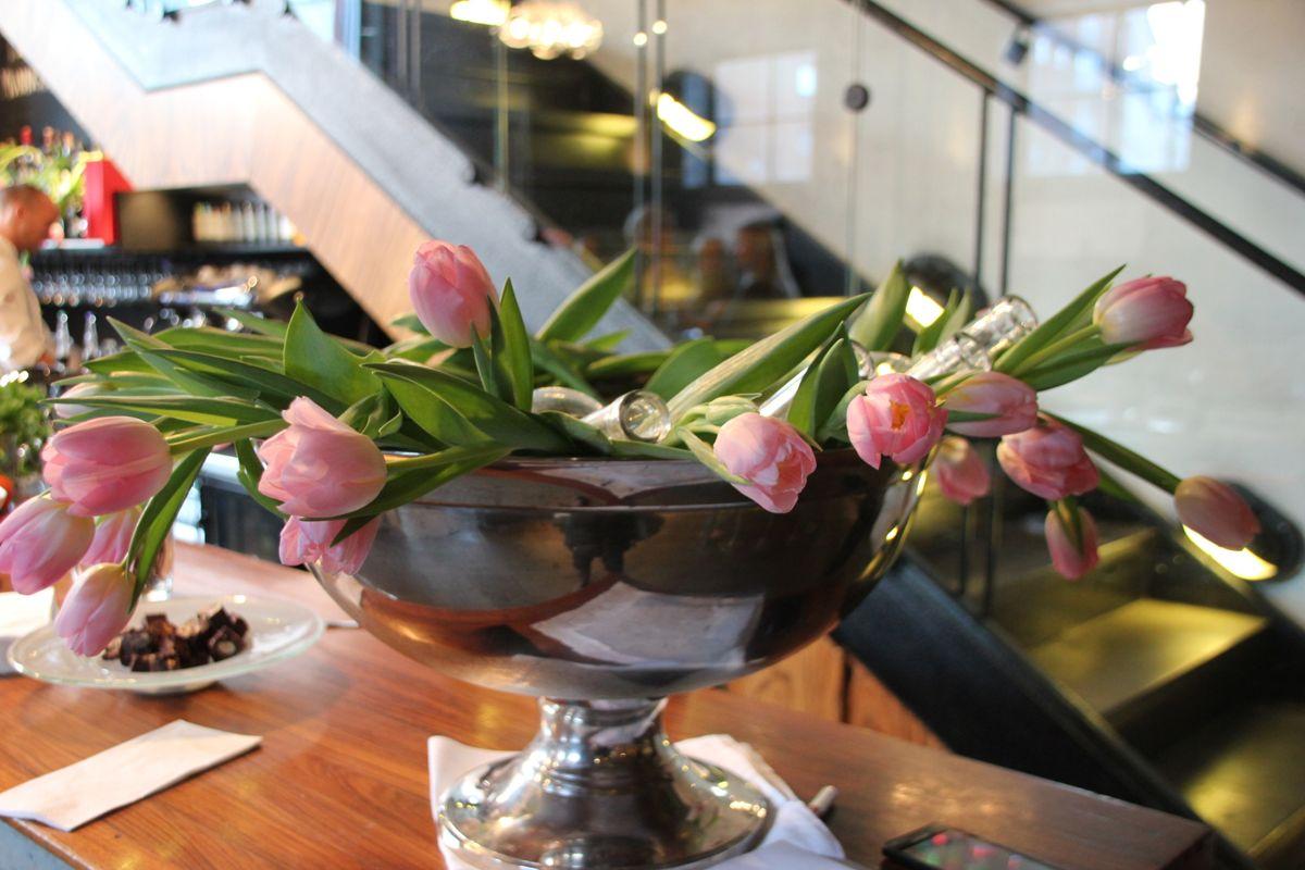 Tulipaner kan brukes til så mangt, for eksempel som dekor i en champagnekjøler. (Foto: Svanhild Blakstad)
