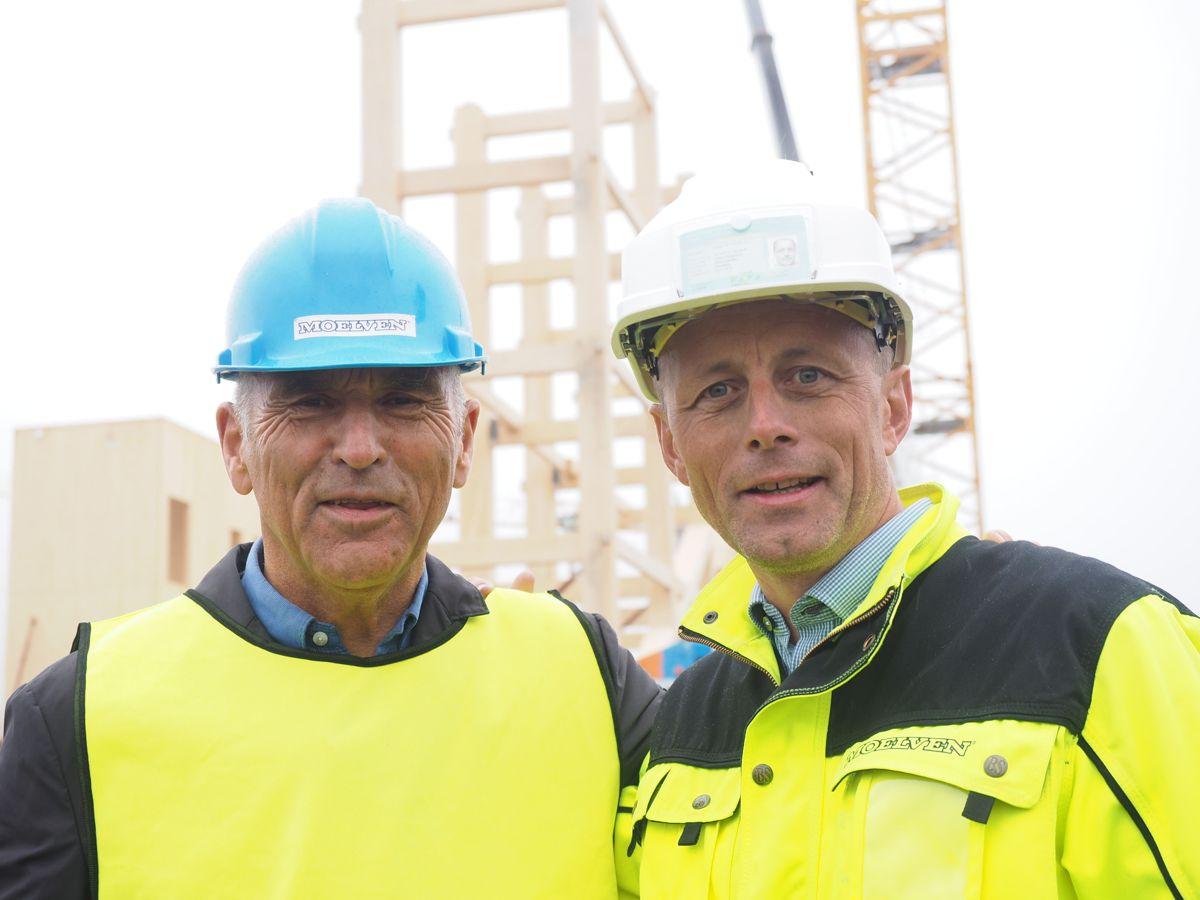 Arthur Buchardt og administrerende direktør Rune Abrahamsen i Moelven Limtre. Foto: Jørn Hindklev