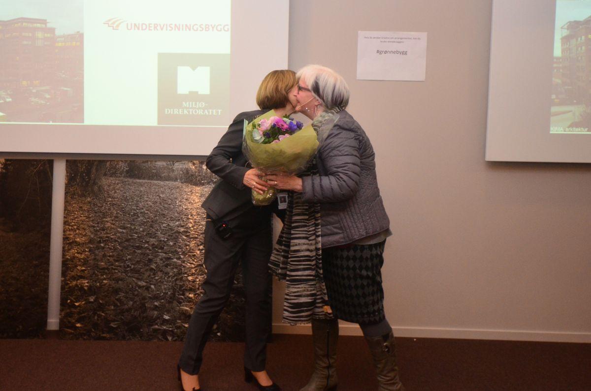 Undervisningsbygg-direktør Rigmor Hansen (til venstre) mottar blomster for administrerende direktør i Plan- og bygningsetaten i Oslo, Ellen de Vibe.