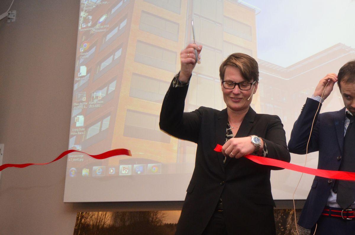 Klima- og miljøminister Tine Sundtoft klippet snoren for Grensesvingen 7.