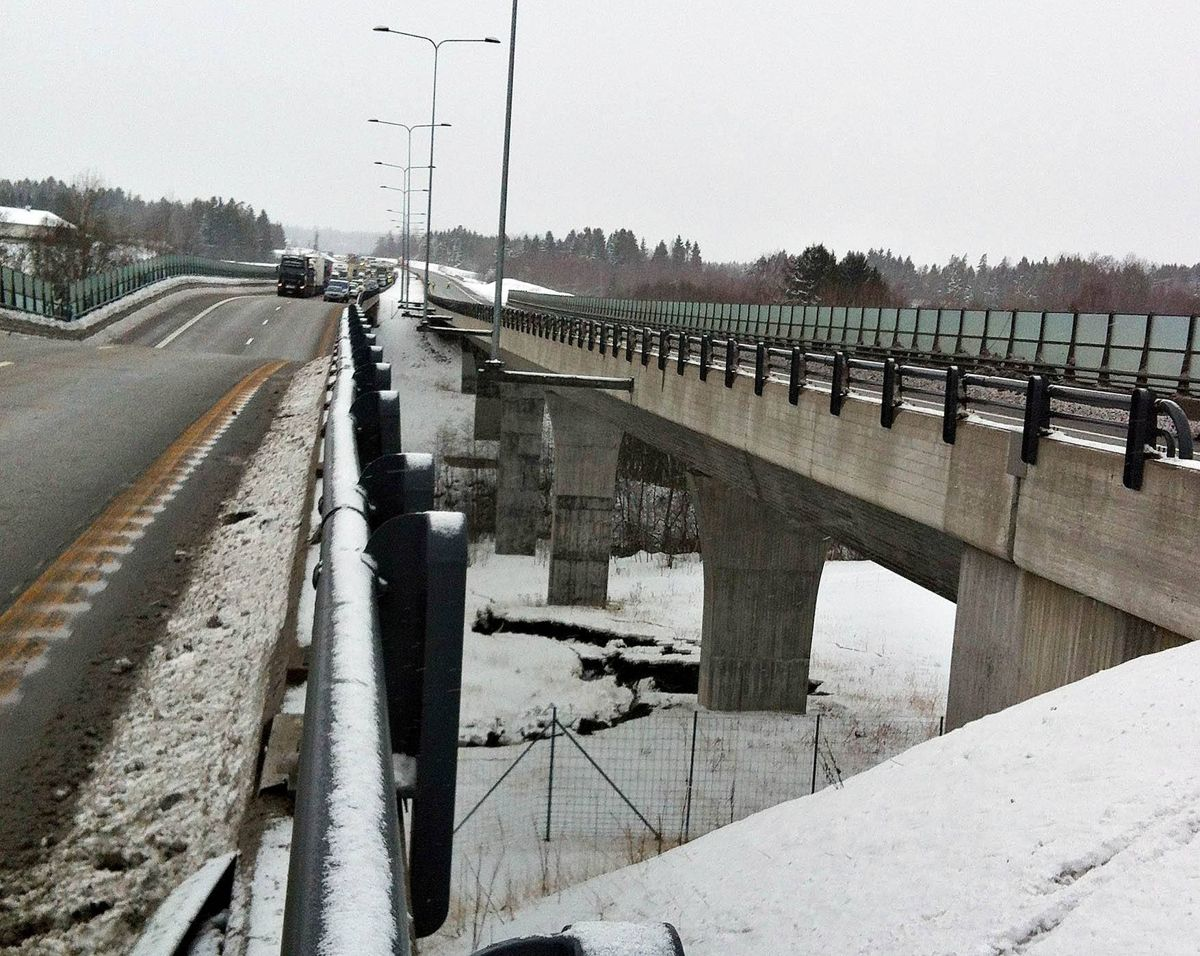 <p>Ei bru på E18 ved Bentsrud i Holmestrand har falt delvis sammen. Ingen personer skal være skadd. Foto: Vestfold interkommunale brannvesen / NTB scanpix</p>