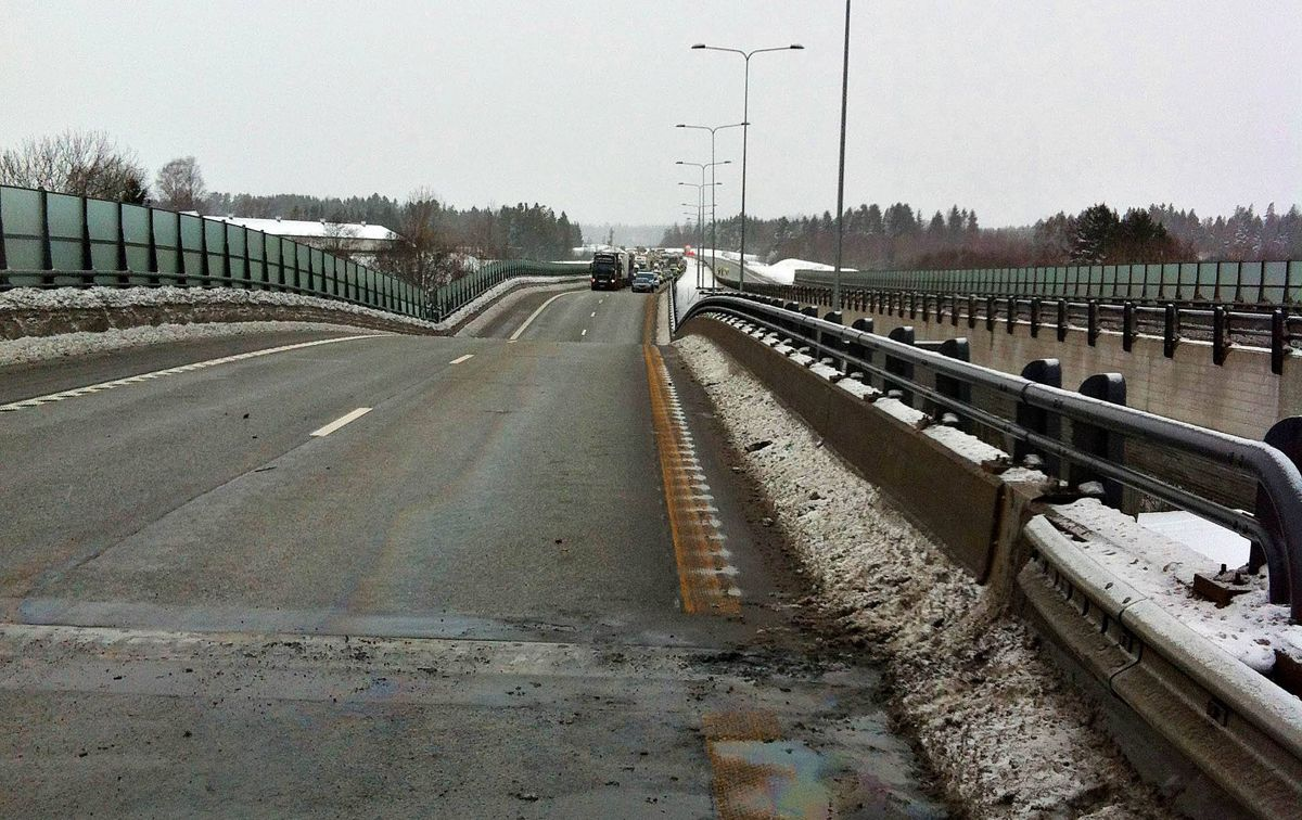 Ei bru på E18 ved Bentsrud i Holmestrand har falt delvis sammen. Ingen personer skal være skadd. Foto: Vestfold interkommunale brannvesen / NTB scanpix
