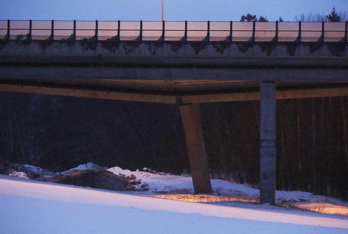E18 ved Bentsrud i Holmestrand er stengt i begge retninger etter at Skjeggestadbrua på E18 falt delvis sammen mandag ettermiddag. Ingen personer er skadd, men mange bilister er evakuert fra bilene sine. Brua går over Mofjellbekken like ved Skjeggestaddalen like før avkjøringen til Holmestrand. Foto: Ole Berg-Rusten/ NTB Scanpix