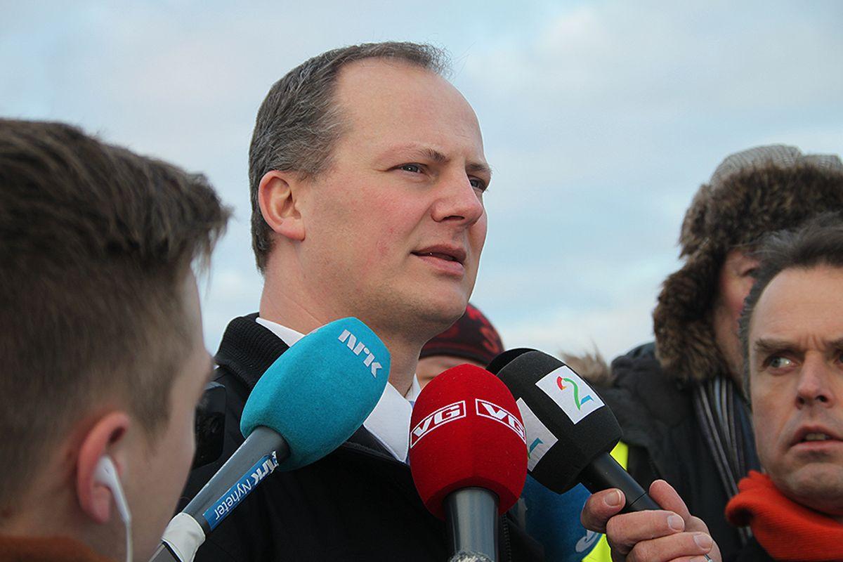 Ketil Solvik-Olsen blir intervjuet av et stort mediaoppbud.