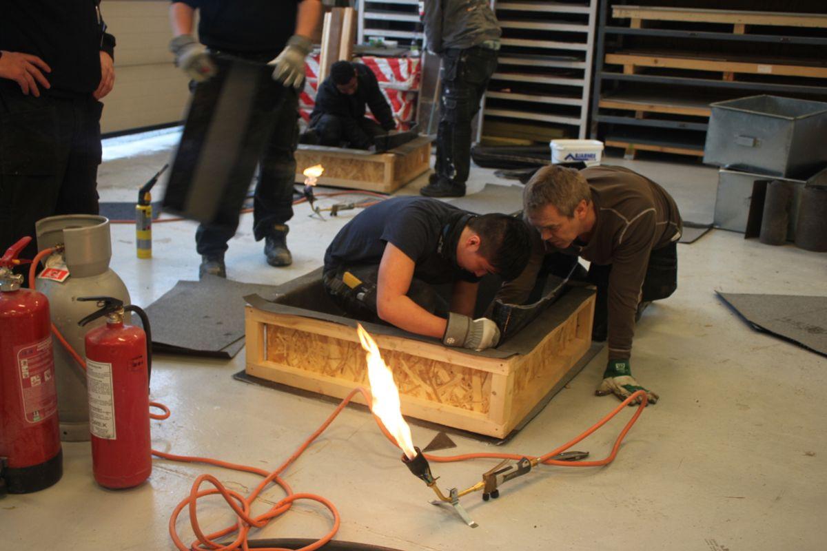 <p>Instruktør og daglig leder Tore Antonsen i Mestertak Entreprenør veileder en ivrig elev (alle foto i bildekarusellen: Takforum Trøndelag).</p><p></p>