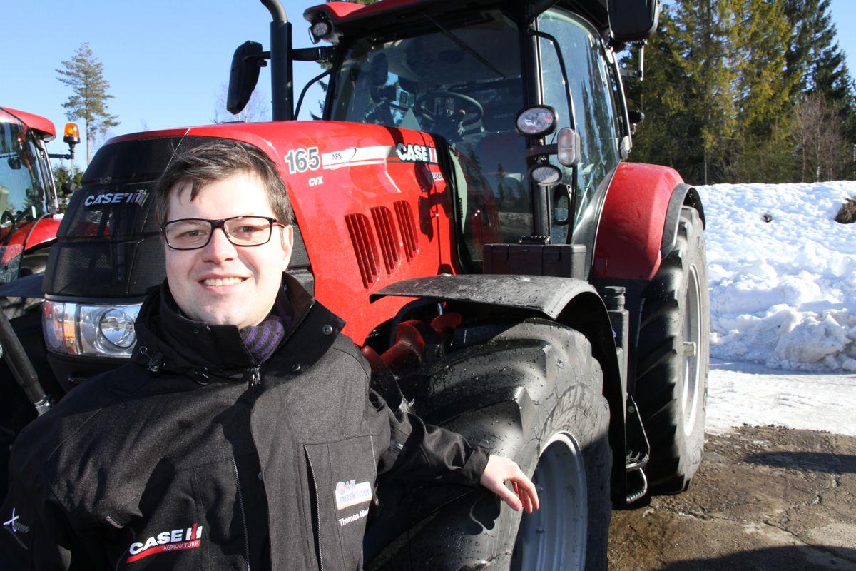 Produktsjef for landbruksmaskiner i AK Maskiner AS, Thomas Nischler, viser stolt frem den nye traktoren Case Puma 165 CVX.