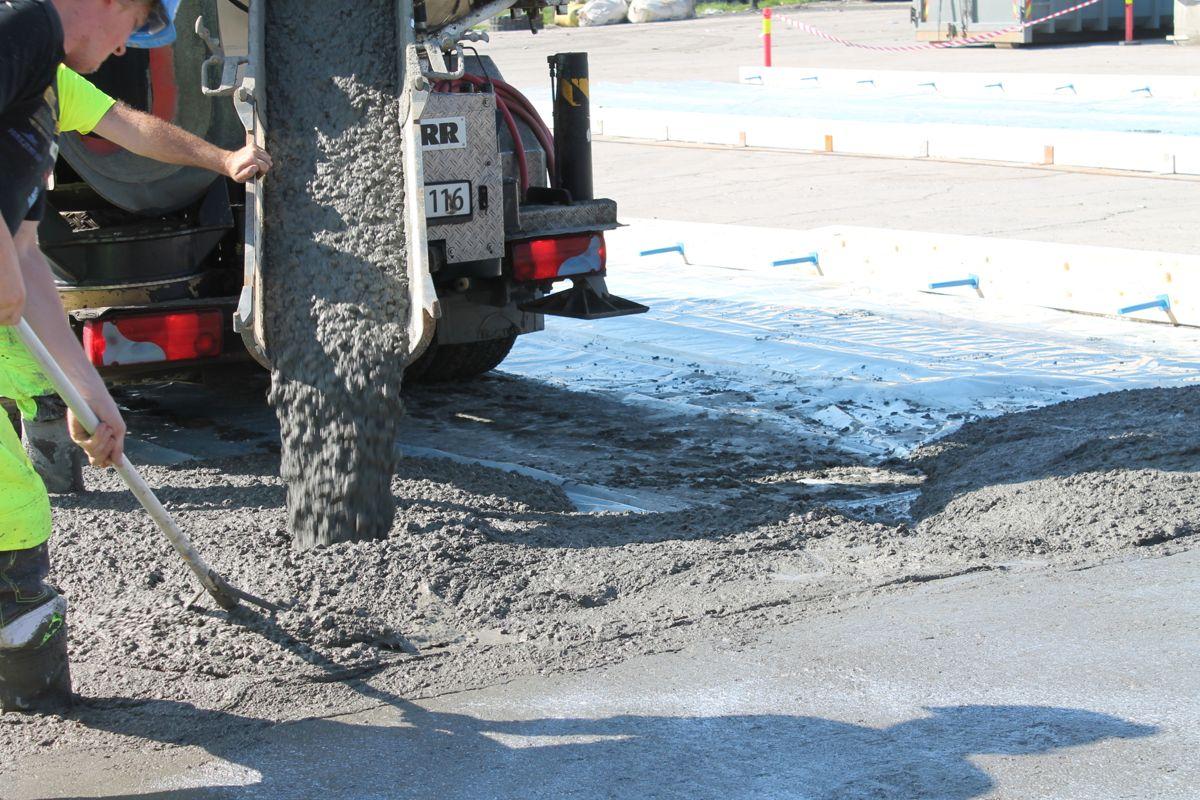 Betongen legges uten ytterligere armering. Den er tilsatt kjemiske komponenter som gjør at betongen ekspanderer og svinnet raskt reduseres. Stålfibre gjør at betongen kan legges enkelt og raskt.