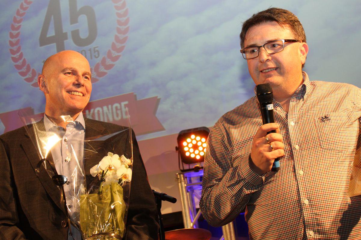 Prisgrossist Odd Martin Velsvik fra Tømrer Service (til høyre) solgte flest boliger i kategorien felt/konkurranseprosjekt. Her sammen med kjedeleder Raymond Myrland.