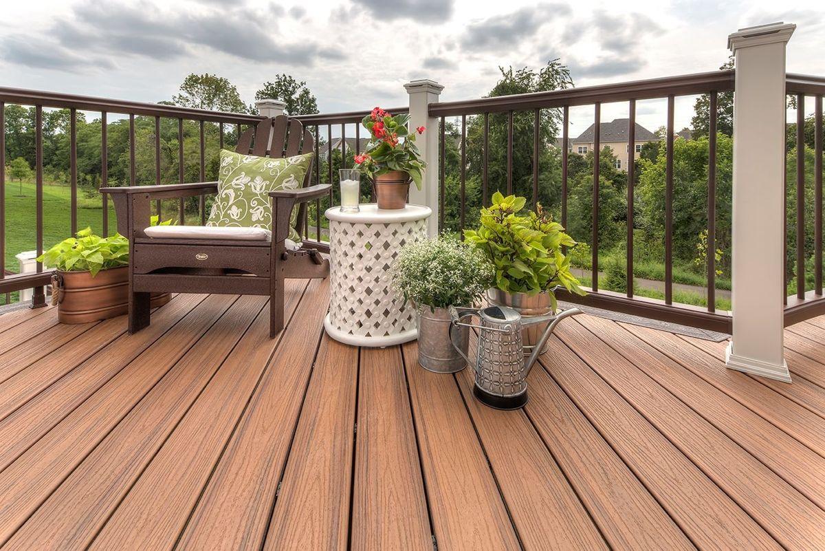 <p><b>VEDLIKEHOLDSFRITT: Det finnes en rekke alternativer til de tradisjonelle trykkimpregnerte terrassebordene, for eksempel kompositt - som ikke krever noe vedlikehold, bortsett fra en vask i ny og ne. Det er laget av trekapp/sagflis, gjenvunnet tre og plastemballasje. (Foto: Trex)<br></b></p>