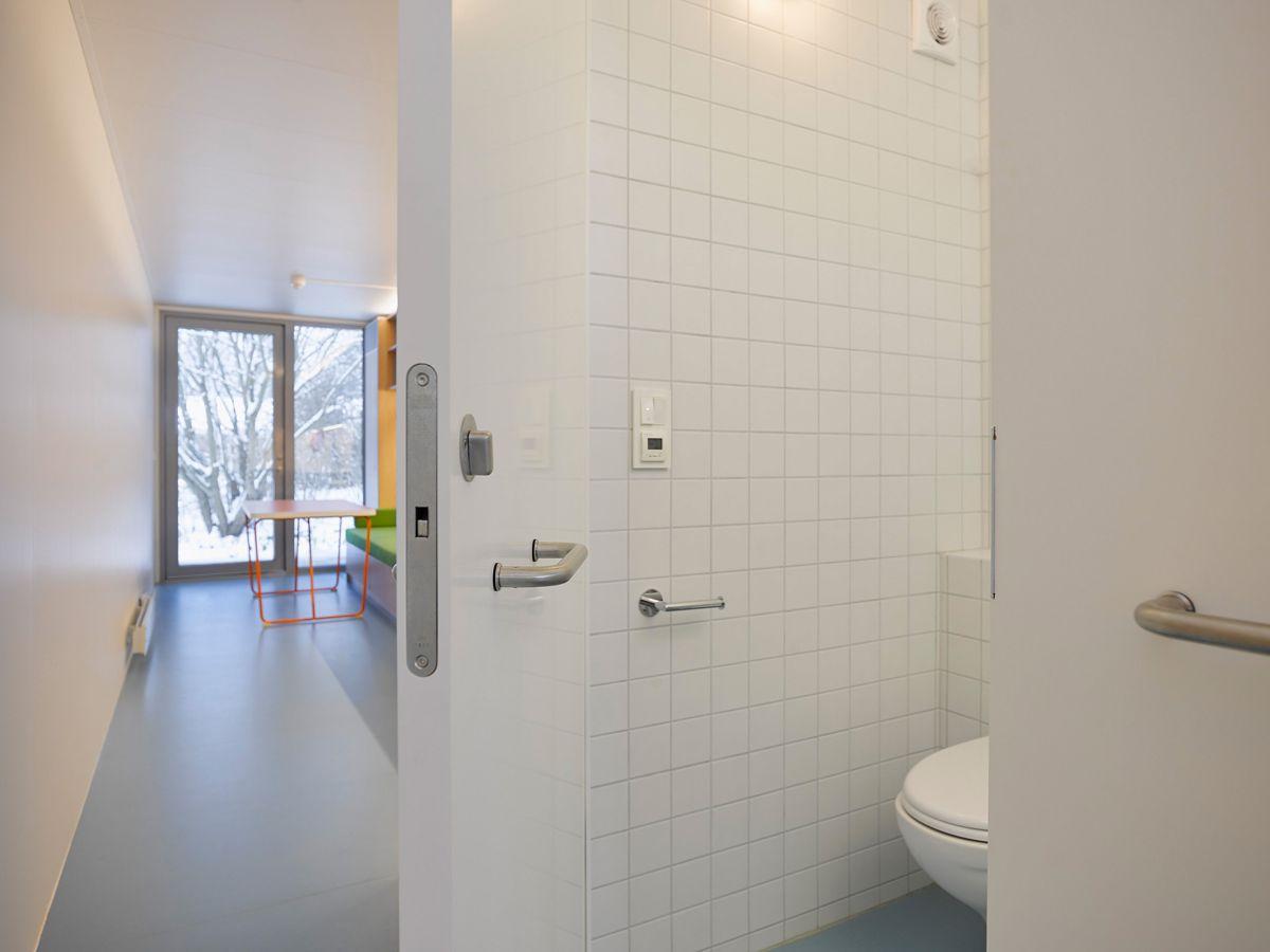 EcoCube AS modulboliger har smarte løsninger innvendig for å utnytte de 26 kvadratmeterne maksimalt. Brukerne kan selv bestemme om de ønsker et bad i full bredd i containeren eller om de kun vil benytte halvparten. Foto: VizPro AS.