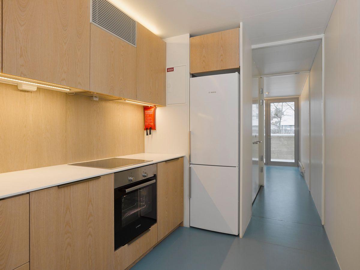 EcoCube AS modulboliger har smarte løsninger innvendig for å utnytte de 26 kvadratmeterne maksimalt. Boligene har både kjøkken og bad. Foto: VizPro AS.