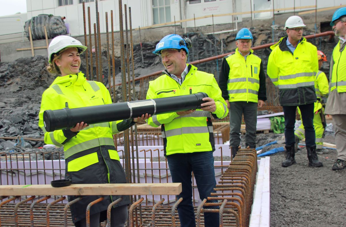 <p>Det var god stemning da prosjektleder Anne Lise Schei i BundeBygg og administrerende direktør Per Morten Johansen i Omsorgsbygg kunne legge ned tidskapselen for signalbygget Helsfyr Puls, som skal stå ferdig neste høst. Foto: Svanhild Blakstad</p>