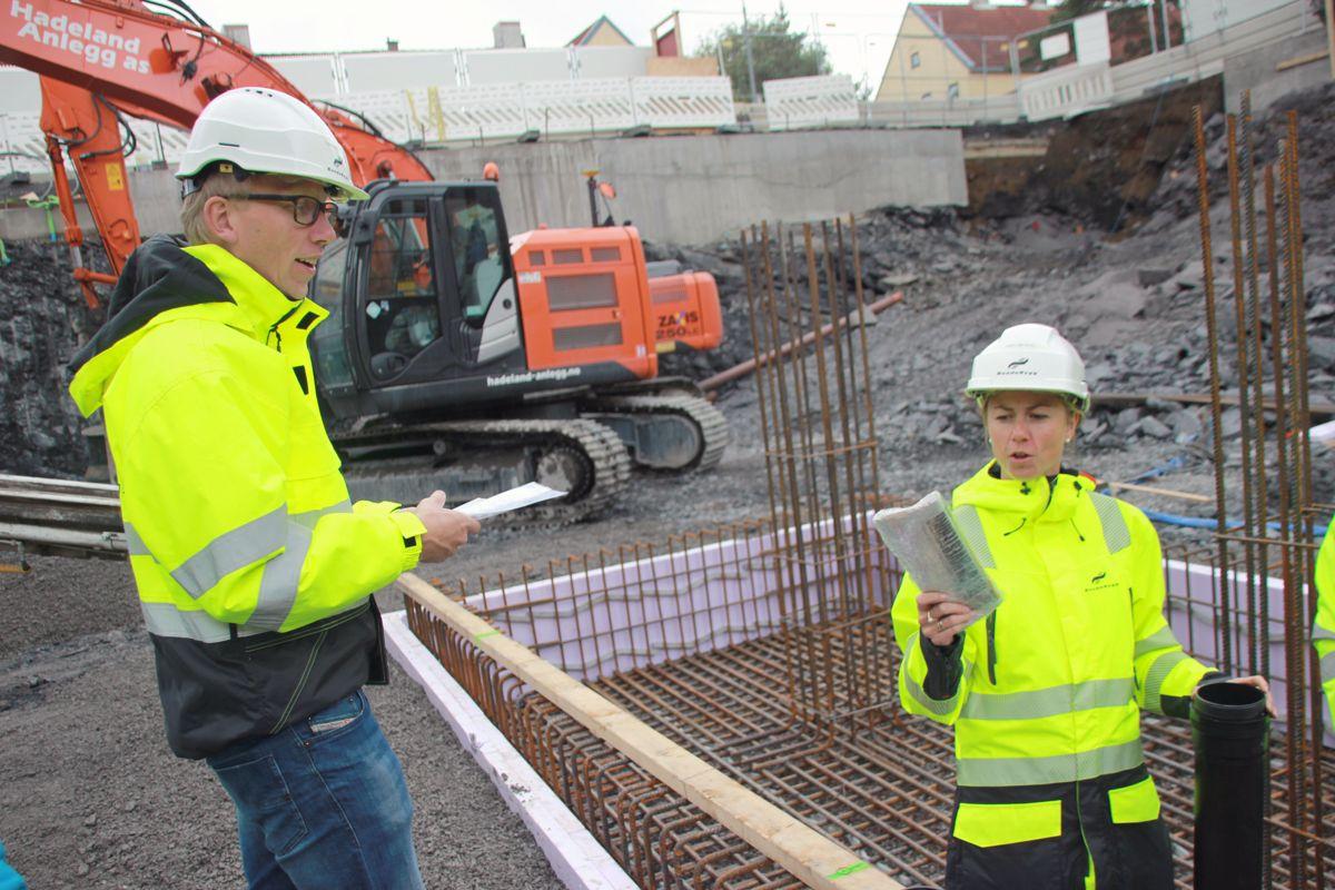 DAGENS VG: Prosjekteringsleder Tormod Urberg og prosjektleder Anne Lise Schei i BundeBygg fyller tidskapselen med innhold, deriblant VG for 14. september 2017. Foto: Svanhild Blakstad