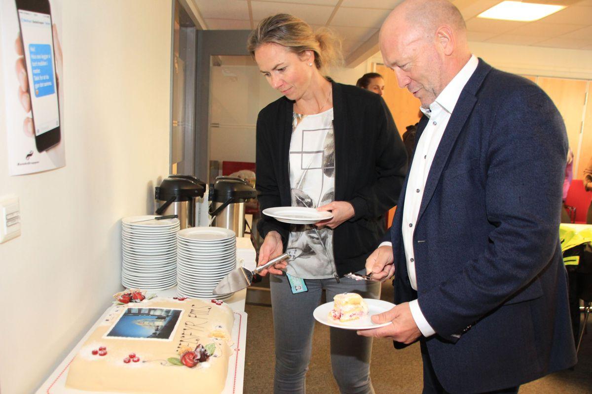 ENDELIG I GANG: – Det er fint å kunne markere at vi nå endelig er i gang med byggingen, etter at vi har holdt på med masseutskiftninger og sprengning på tomta en god stund. Det er også hyggelig å se det store engasjementet hos Omsorgsbygg, sier prosjektleder Anne Lise Schei i Bundebygg, som her forsyner seg med kake sammen med administerende direktør Per Morten Johansen i Omsorgsbygg. Foto: Svanhild Blakstad