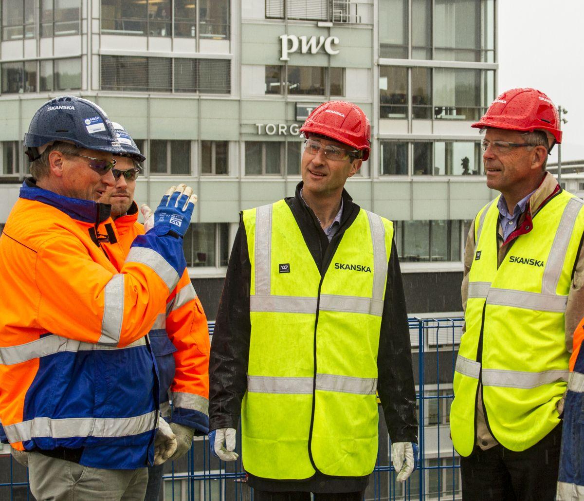 ROM Eiendom-direktør Petter Eiken (fra høyre) og Skanska-direktør Ståle Rød. Foto: Skanska