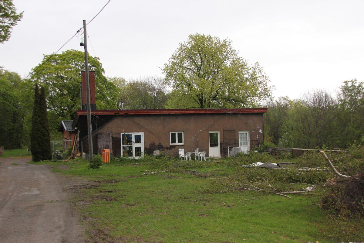 Også fyrhuset er en av bygningene på Bygdøy som skal rehabiliteres. Man kan se avtrykkene etter drivhusene som er revet. Disse skal bygges opp igjen. (Foto: Svanhild Blakstad)