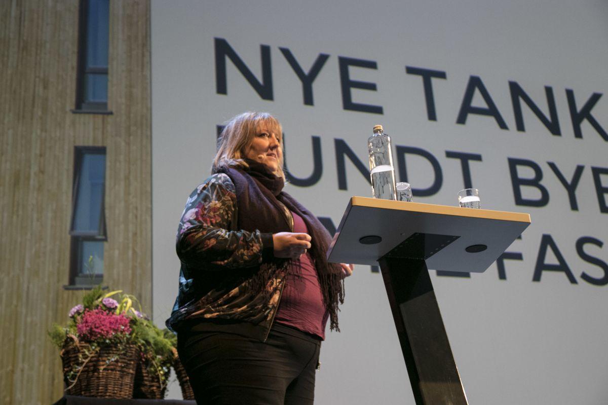 Helene Gallis fra Nabolagshager fortalte om hager på Oslos tak. Scenen var for øvrig pyntet med blomster fra noen av takene.