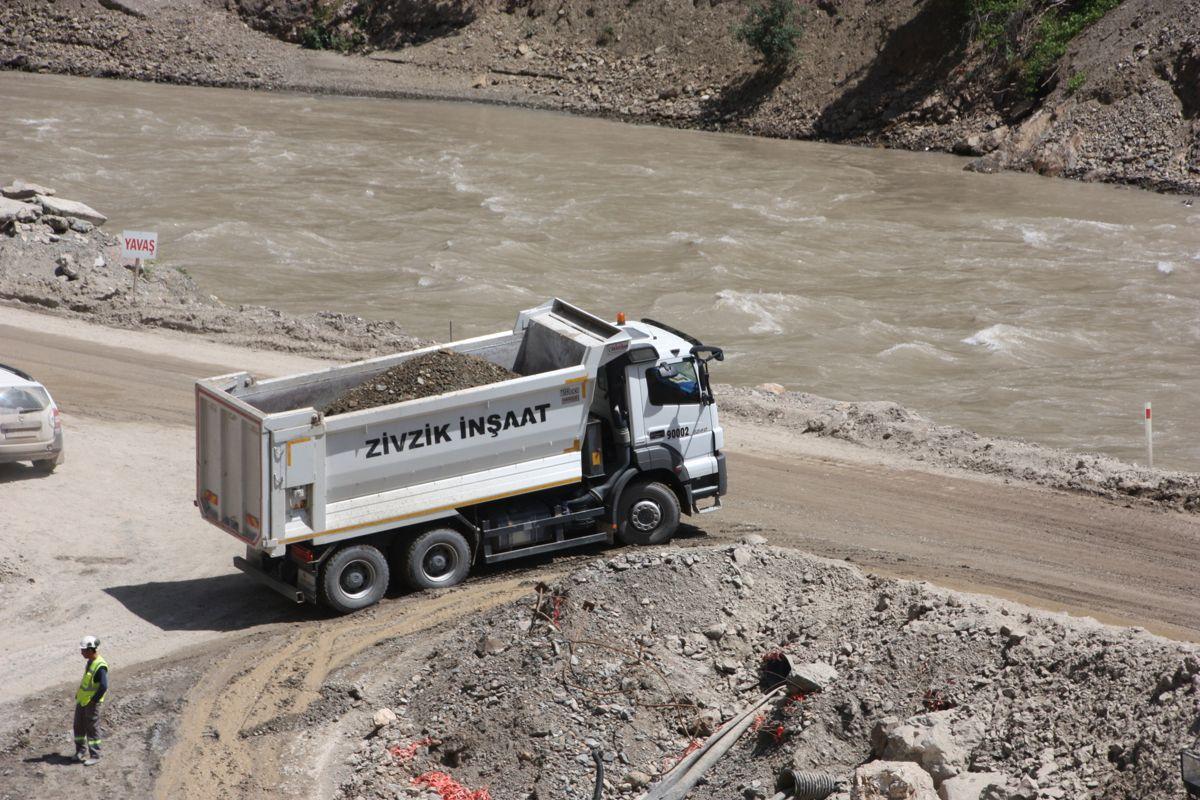 Massetransport langs elvebredden. Foto: Statkraft
