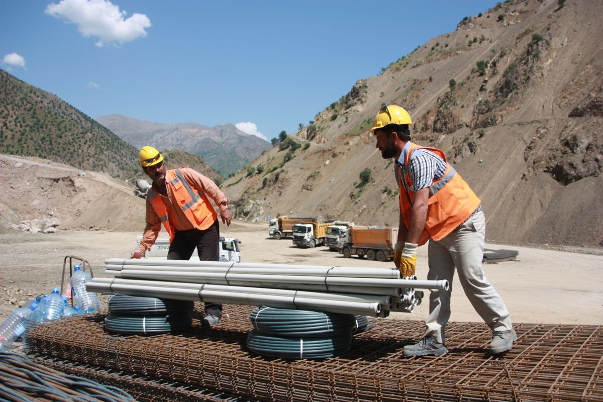 Arbeidere klargjør utstyr. Foto: Statkraft