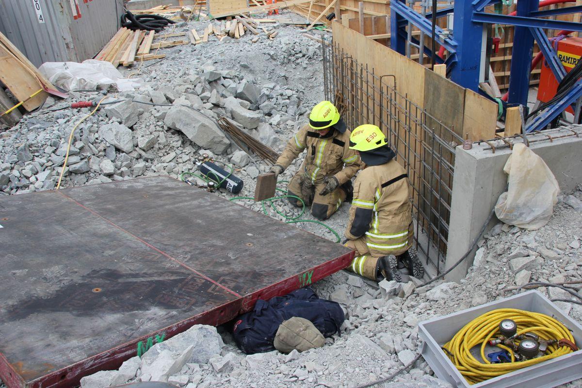 HMS-uke: Beredskapsøvelse på NCCs byggeplass Gamle Ringeriksvei 36 på Bekkestua i Bærum. Brannvesenet jobber med å få løs person som ligger i klem under et element. (Foto: Svanhild Blakstad)