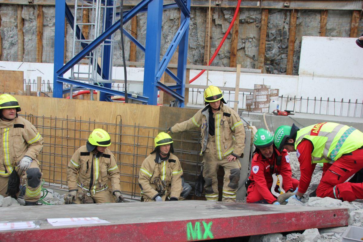 HMS-uke: Beredskapsøvelse på NCCs byggeplass Gamle Ringeriksvei 36 på Bekkestua i Bærum. Nødetatene jobber med å få løs person som ligger i klem under et element. (Foto: Svanhild Blakstad)