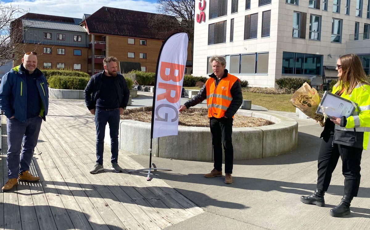NOMINERT: BRG Entrereprenør var også nominert. Fra venstre lærlingansvarlig Petter Blomkvist, Eivind Hennig og administrerende direktør Gunnar Thompson. Lena Løland fra EBA Agder delte ut blomster og diplom.